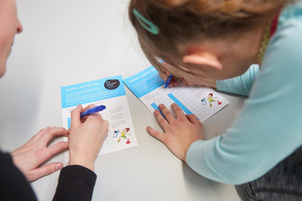 Bouldern und Klettern für Kinder mit Laufzettel in der Kinderwelt der Boulderwelt Dortmund