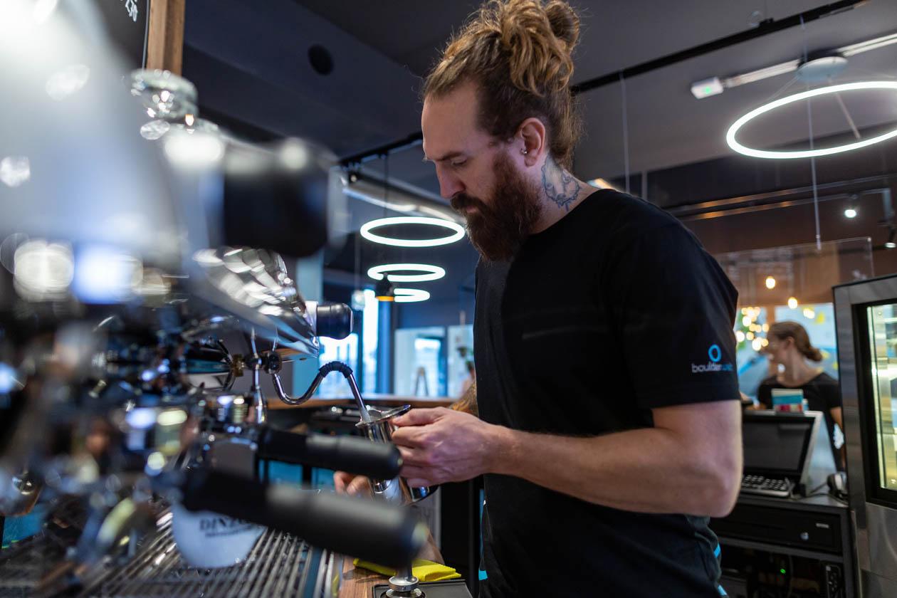 Bouldercafé Bistro Zubereitung Kaffee Dinzler Barista Verpflegung Boulderwelt München Süd